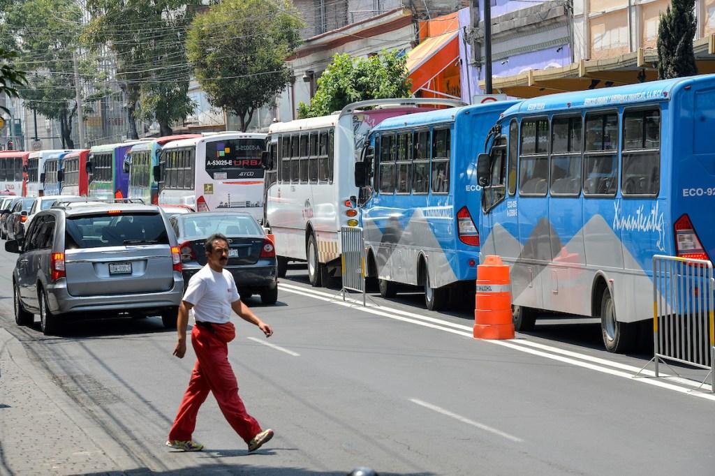 autobuses parados sobre avenida principal en Toluca