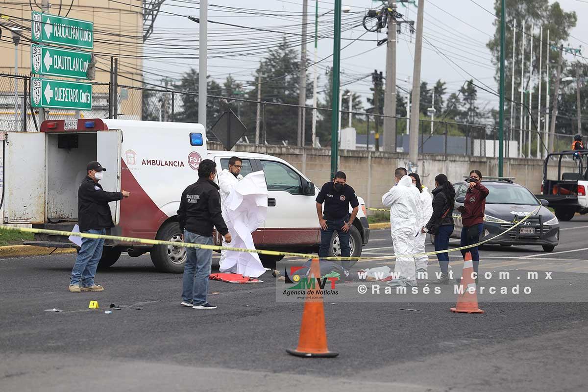Peritos forenses de la Fiscalía analizan el lugar donde una mujer fue atropellada