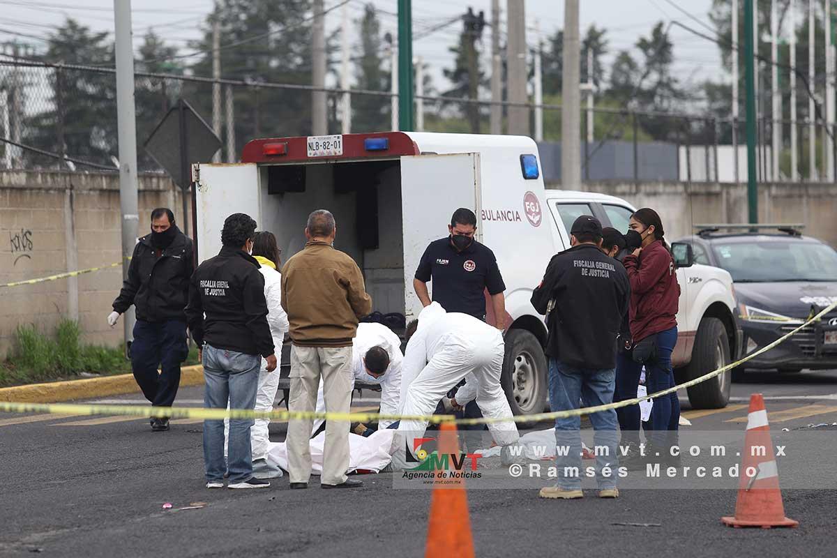 Peritos de la Fiscalía analizan el lugar donde una mujer fue atropellada