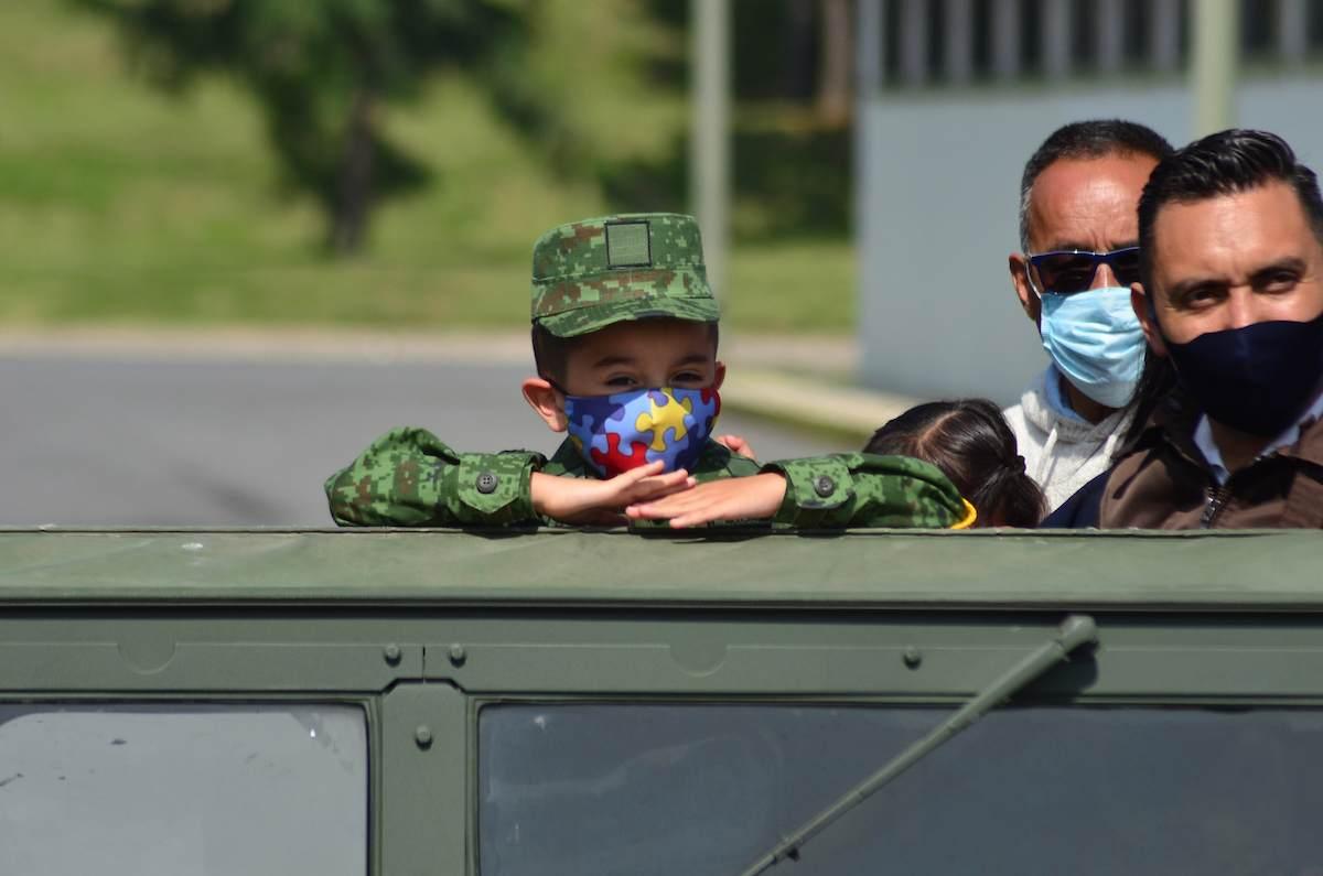 Su nombre es Luis René y con apenas 5 años visitó la 22 Zona Militar en calidad de Soldado Honorario, acompañado de sus padres y familiares.