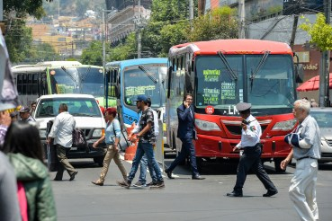 autobuses en semáforo rojo detenidos en calles de Toluca