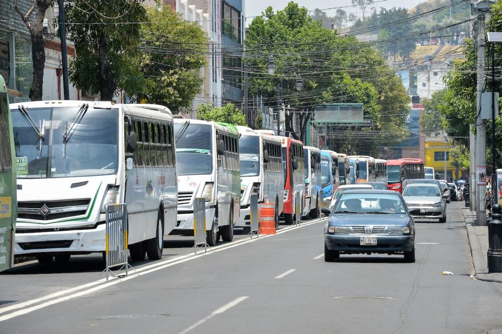 Camiones del servicio público de pasajeros fueron confinados al carril derecho de las avenidas Juarez y Morelos, en el centro de la ciudad, como una medida para ordenar las rutas de camiones y mejoras las condiciones de transito y vialidad en la zona que se calcula circulan más de mil 500 vehiculos por hora.