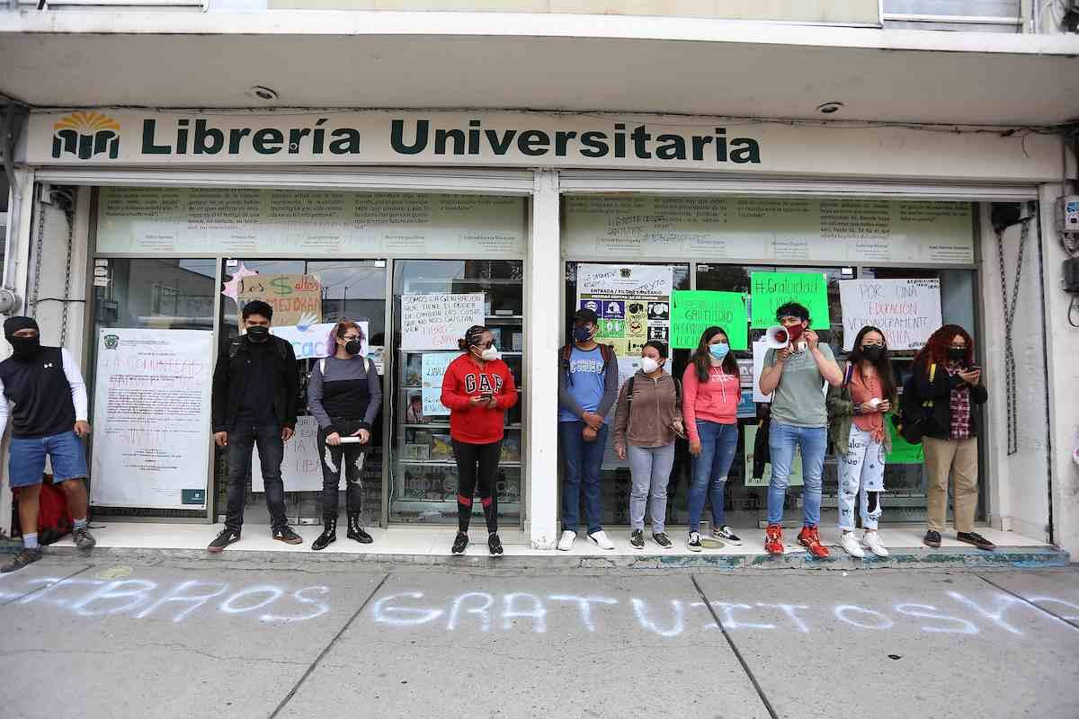integrantes de esta Asamblea Universitaria se dirigieron a la Librería Universitaria, para cerrarla de manera simbólica y colocar algunos carteles