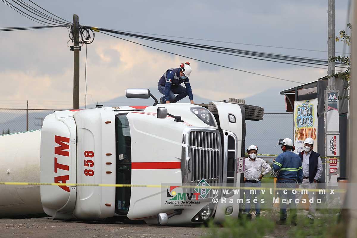 Vuelca pipa con nitrógeno y evacuan a habitantes de San Pedro Totoltepec
