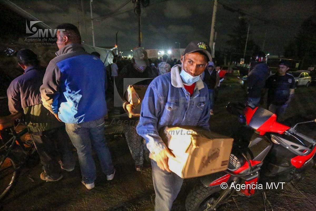 Vuelca caja de trailer cargada de cerveza en Toluca, hacen rapiña
