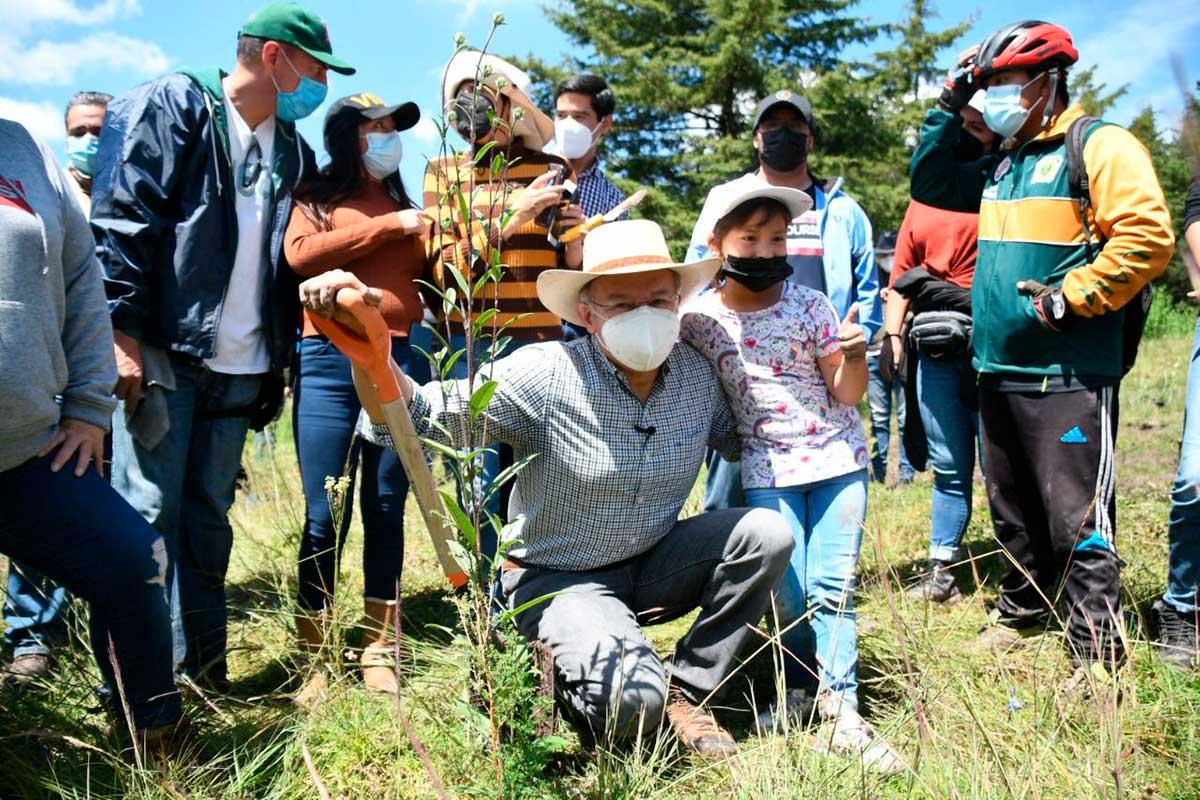 Alcalde electo de Toluca, Raymundo Martínez, participa en campaña de reforestación