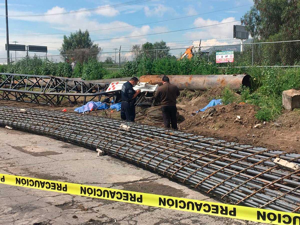 Mueren 5 trabajadores al caerles una grúa con varillas en Ecatepec