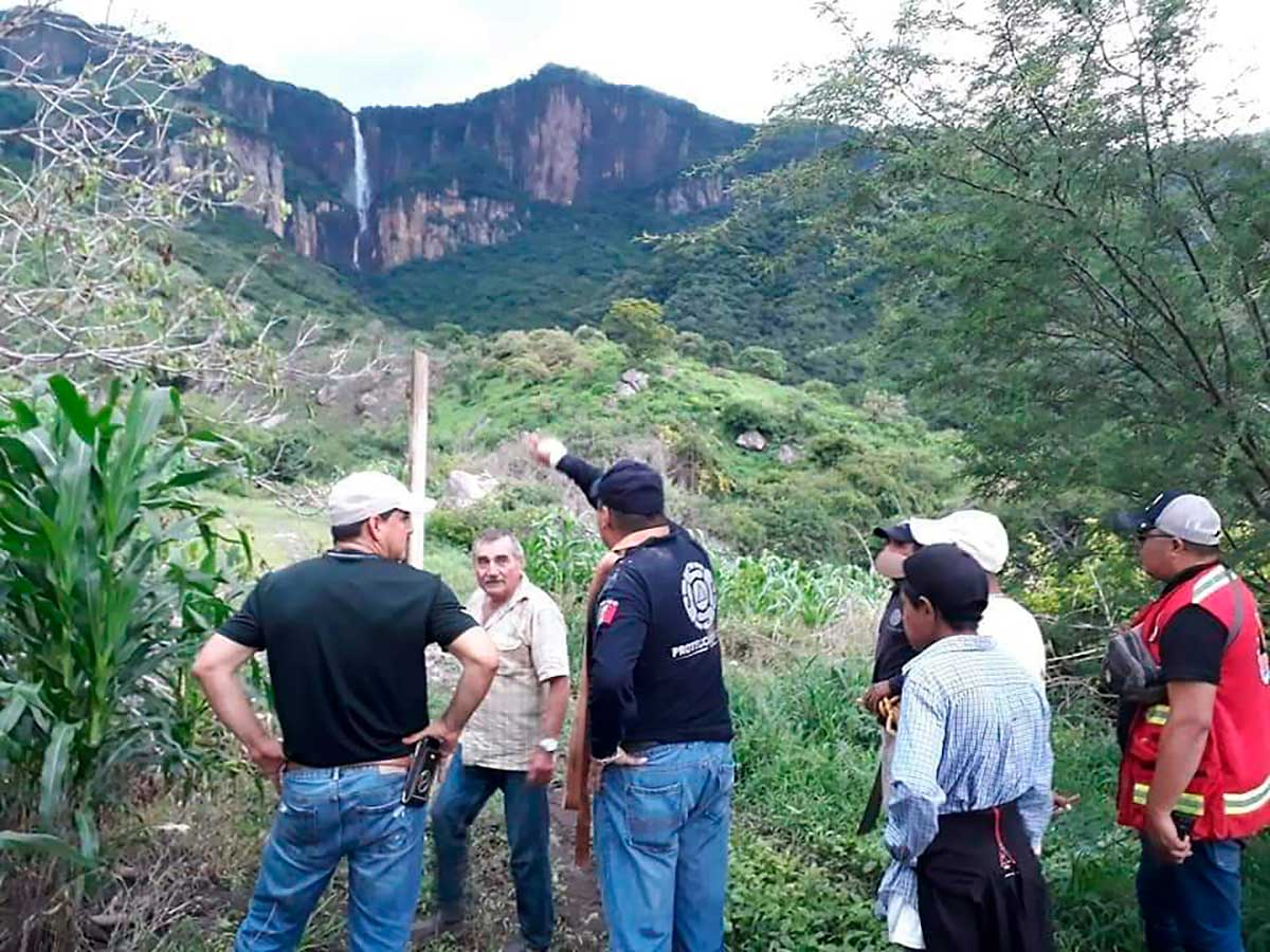 Rescatistas buscan a joven que cayó de la cascada de Nanchititla