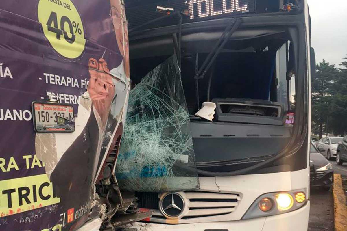 Trece lesionados por choque de camiones en la entrada a San Pablo Autopan
