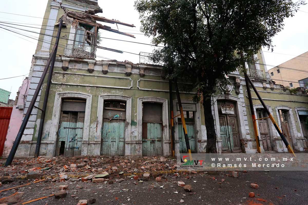 Se derrumba fachada de vieja casona en Toluca