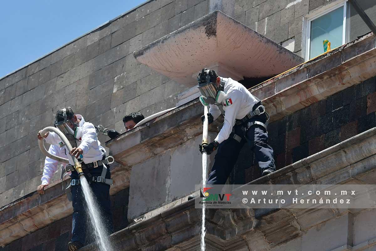 Personal de seguridad lanza chorros de agua contra manifestantes feministas en el Congreso del Estado de México