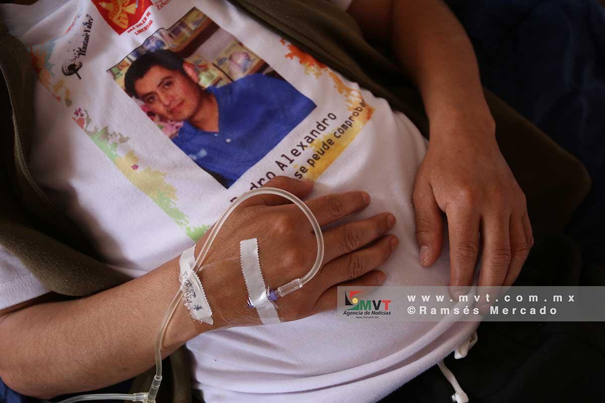 Detalle de una mano con un suero y la imagen de una persona que esta presa y pide el beneficio de la ley de amnistía en el Edomex