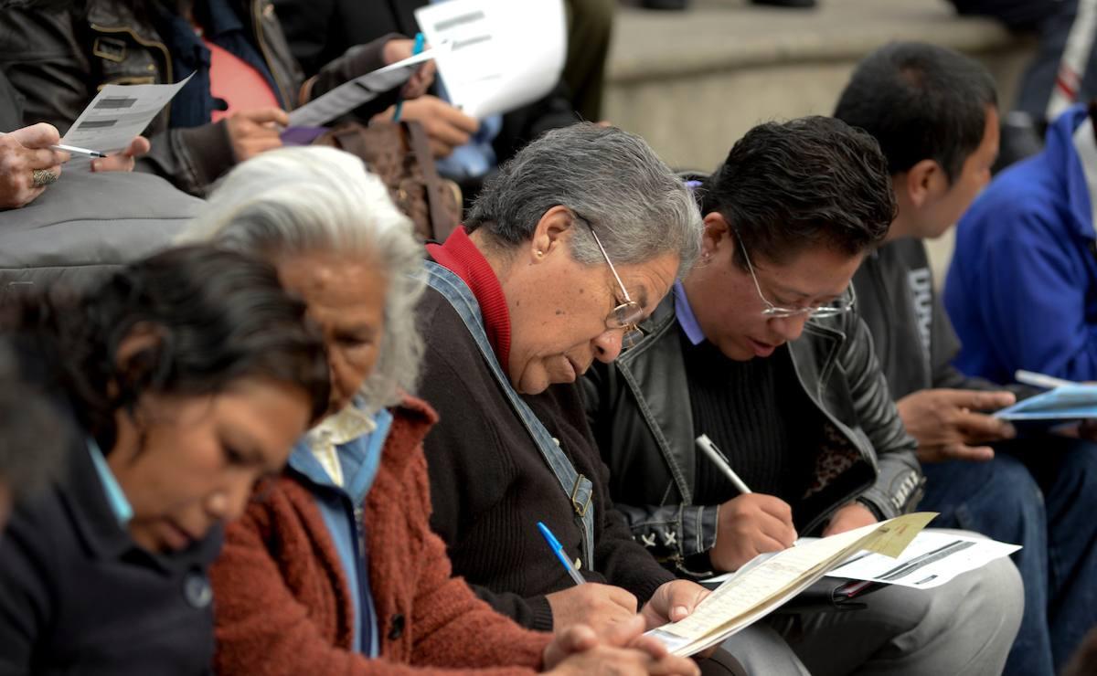 dultos mayores realizando registros a la pensión de adultos