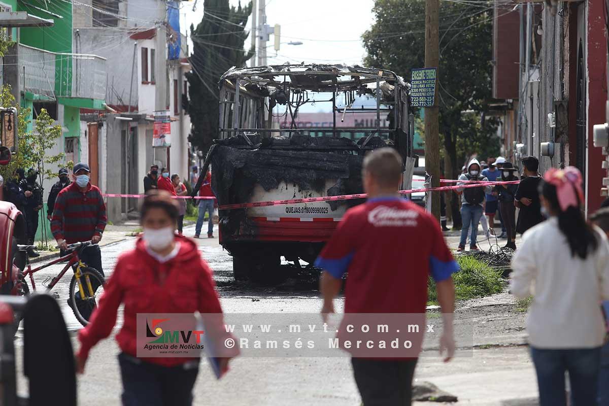Incendian autobús de pasajeros en Capultitlán, Toluca