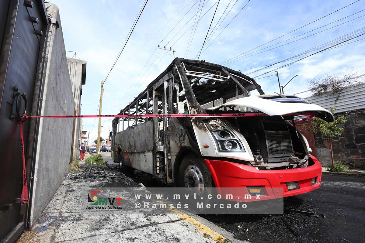 Un autobús de pasajeros fue incendiado en la delegación de Capultitlán, en la zona sur de Toluca