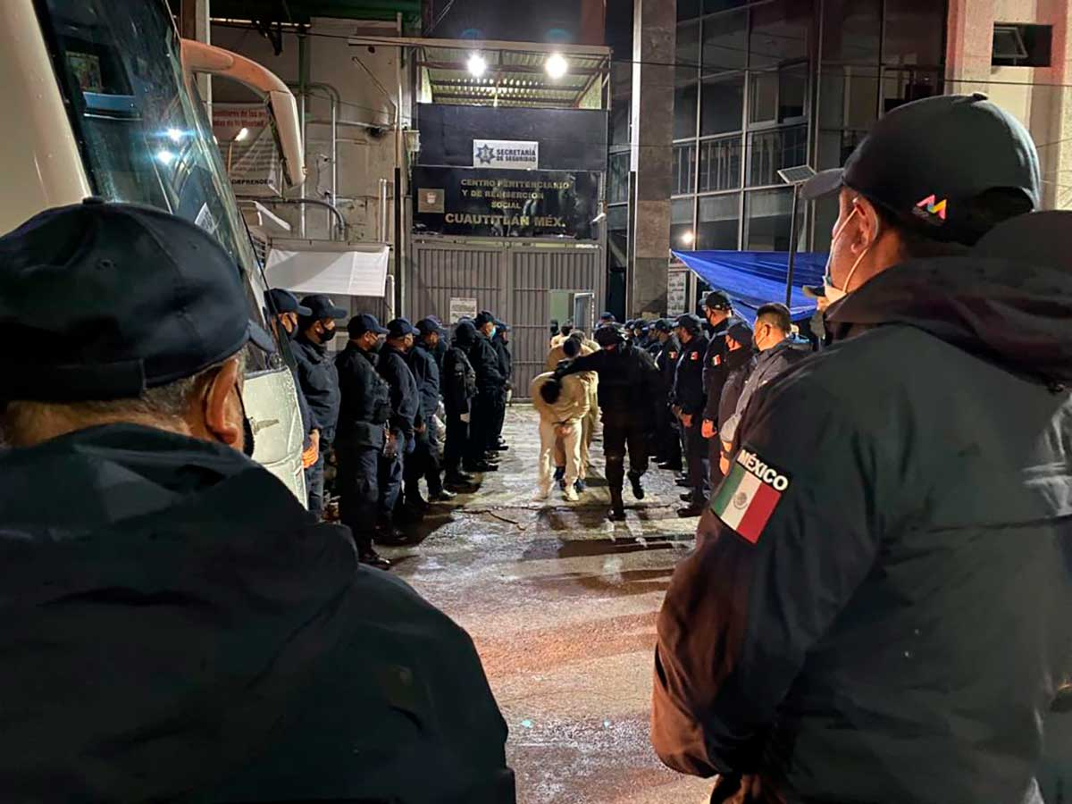 Reubican de madrugada a 915 presos del penal de Cuautitlán
