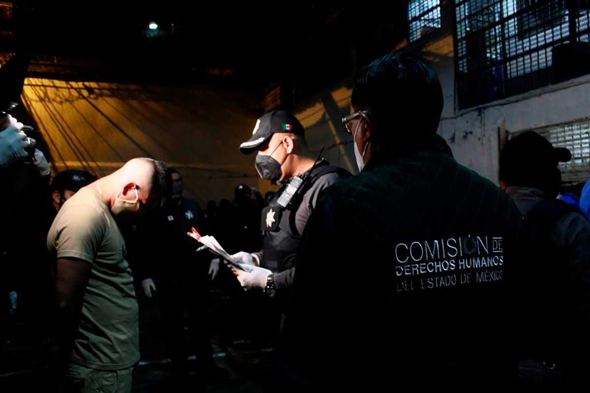 Un policía lee los derechos a un interno que será reubicado del penal de Cuautitlán