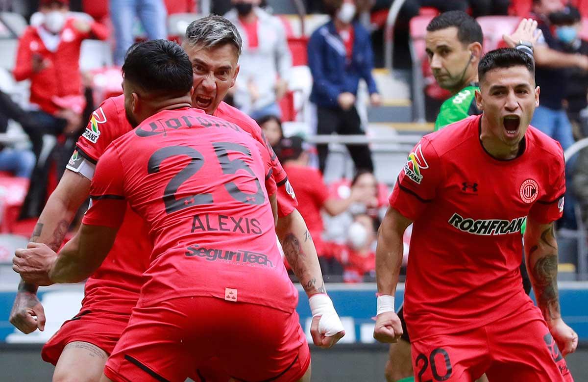 Toluca viene de atrás y logra vencer a Pumas 2-1