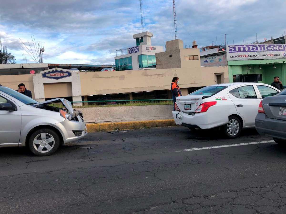 Accidente en Paseo Tollocan afectó circulación frente a clínica 220 del IMSS