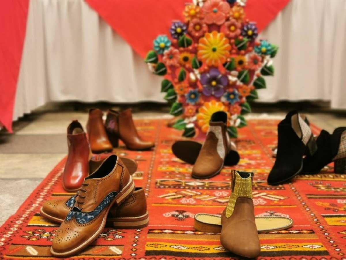 Jóvenes artesanos innovan en línea de calzado en San Mateo Atenco