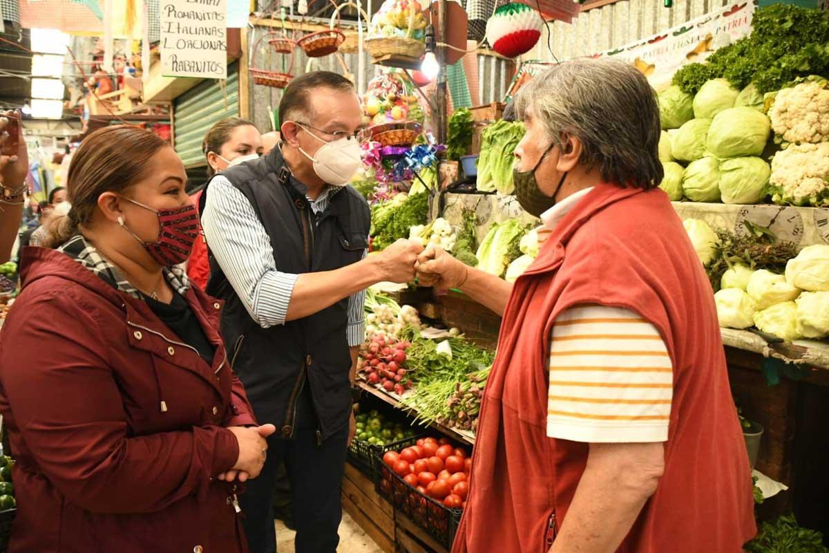 Alcalde electo de Toluca, Raymundo Martínez, visitó el mercado 16 de septiembre