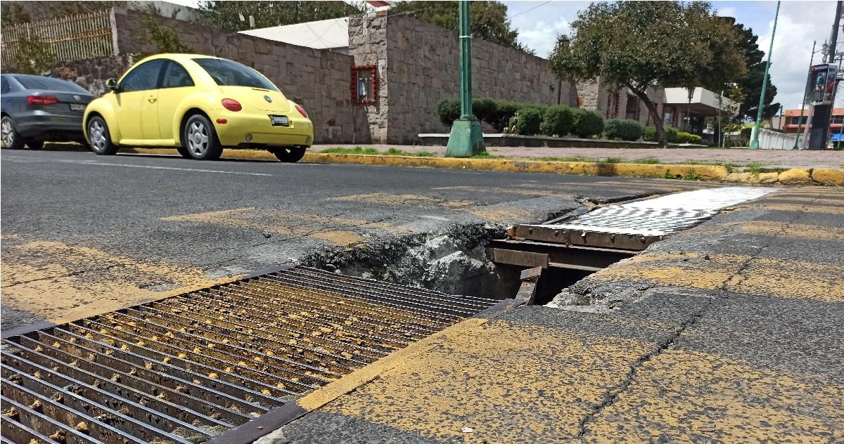 Daño en coladera de Toluca pone en riesgo a peatones y automovilistas