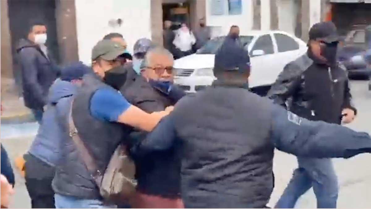 Comerciantes agreden y corretean al alcalde de Tianguistenco