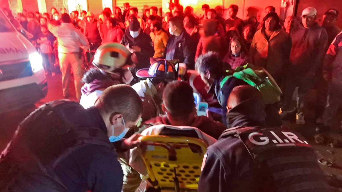 Dos lesionados en Metepec al colapsar una barda por el sismo de esta noche