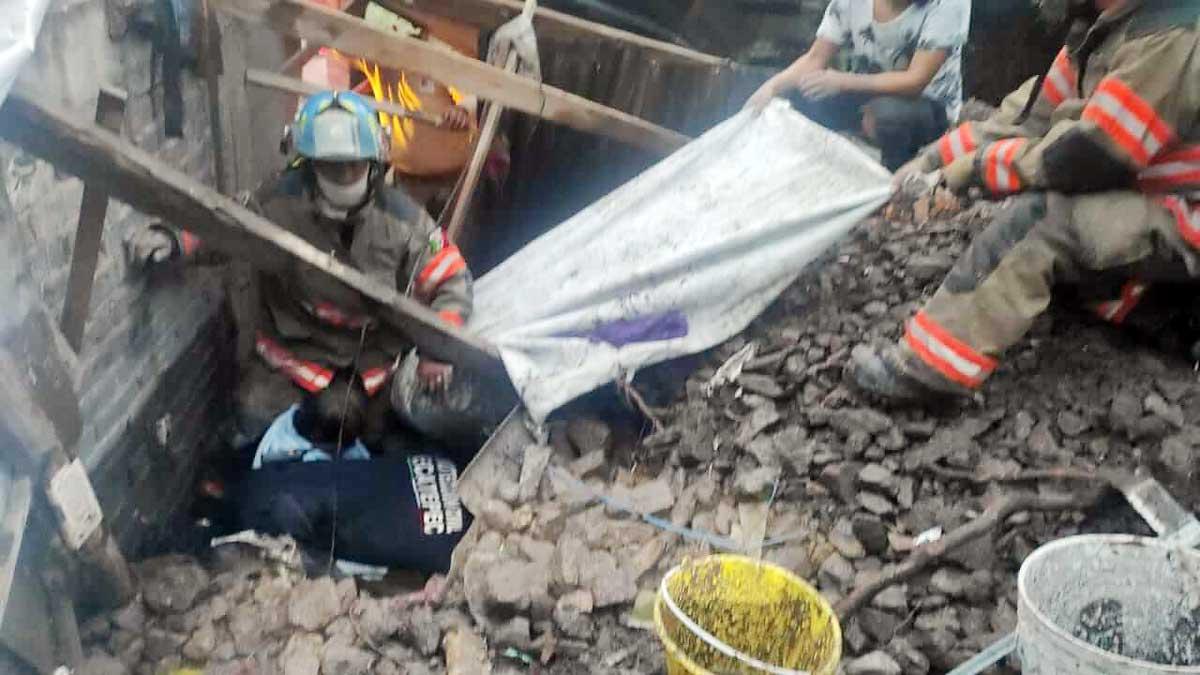 Rescatan a una persona por derrumbe de cerro en Ecatepec