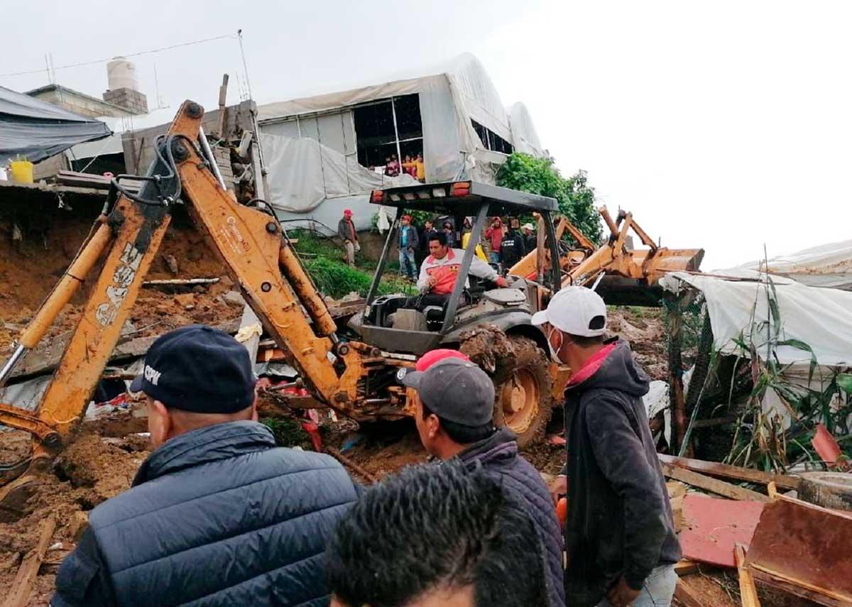 Mueren cuatro personas por derrumbe en Villa Guerrero