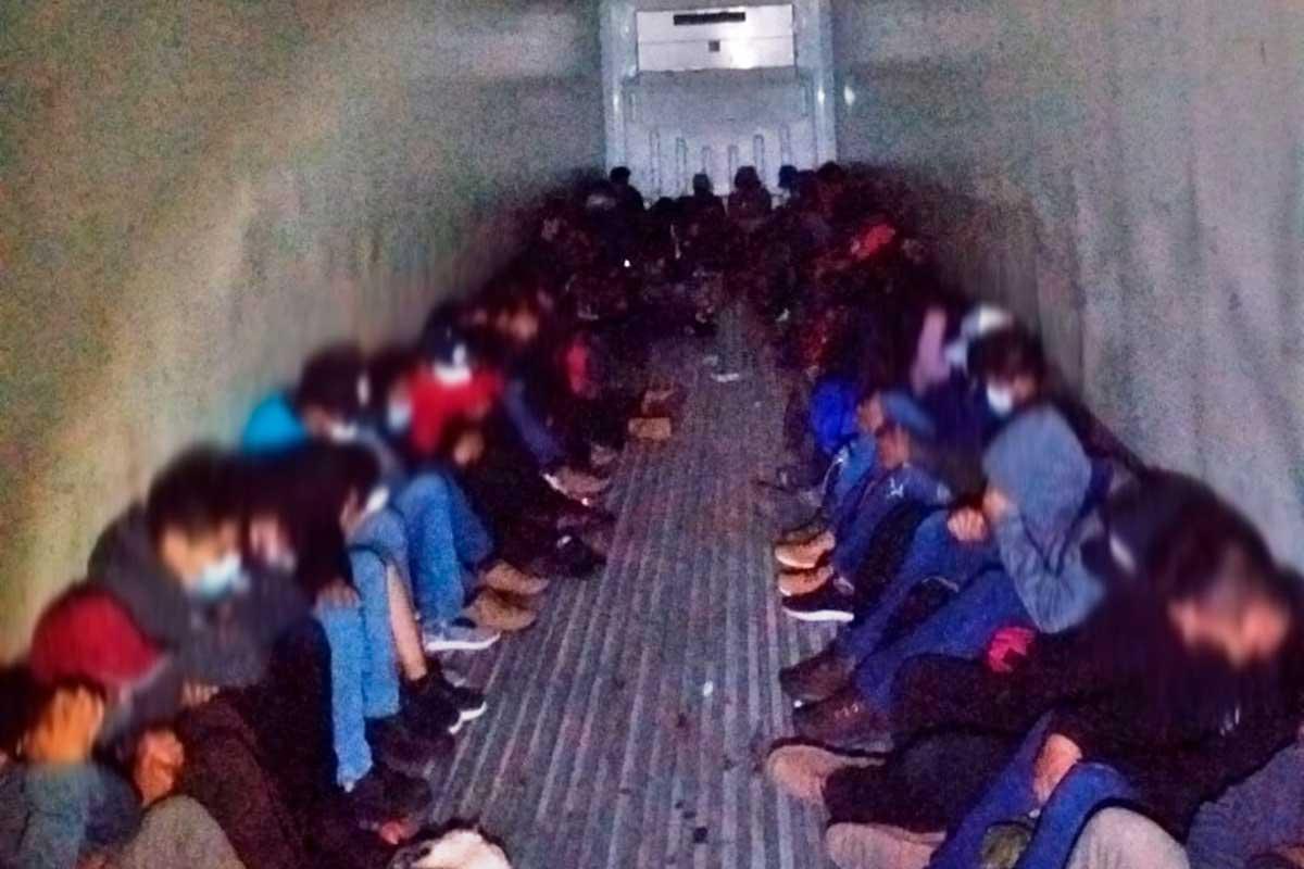 Rescatan 61 migrantes encontrados en un trailer en Huixquilucan