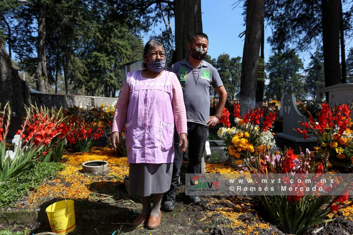 Adornan con flores de Cempasúchil el panteón de San Pablo Autopan