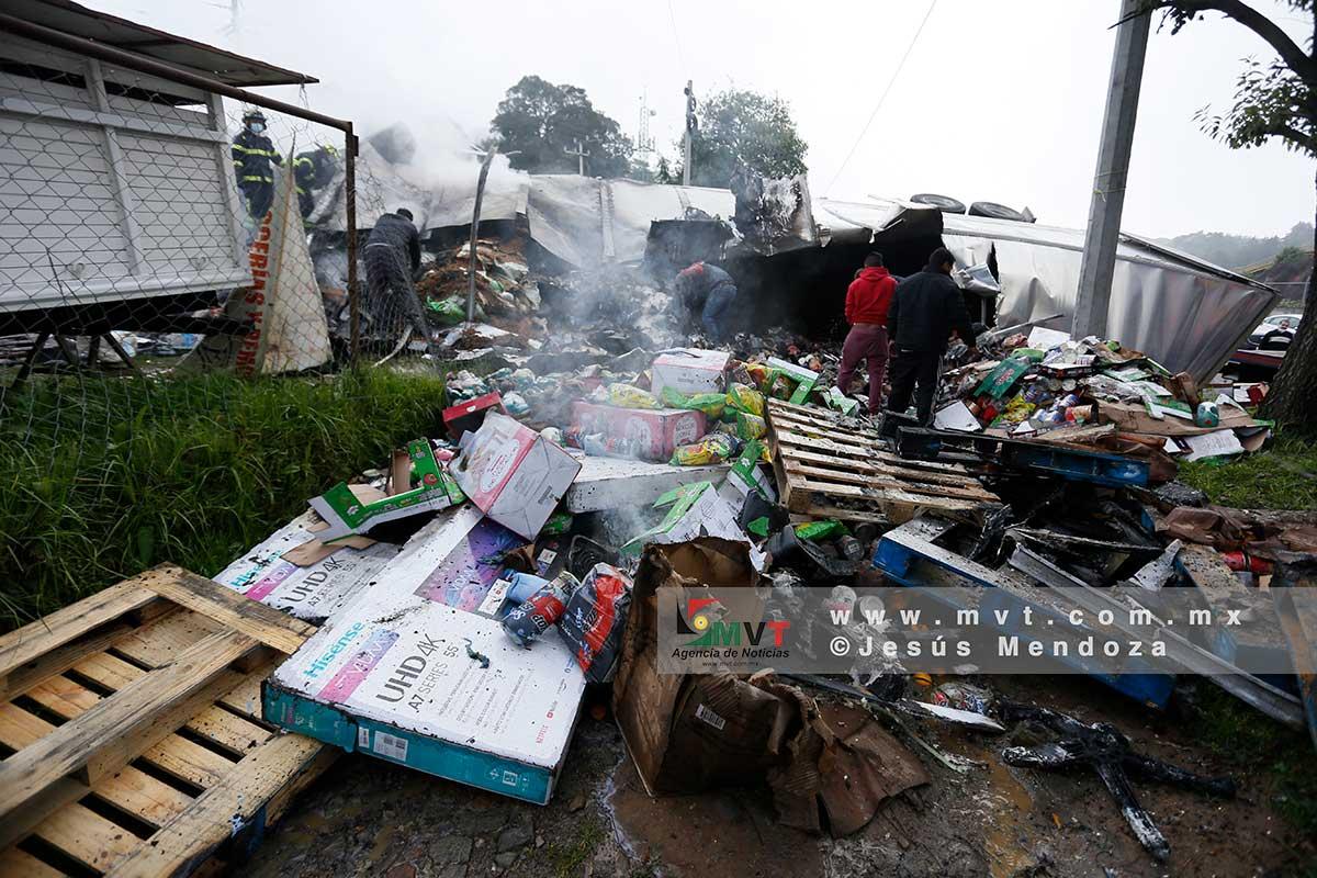 Vuelca trailer y se incendia en la México Toluca