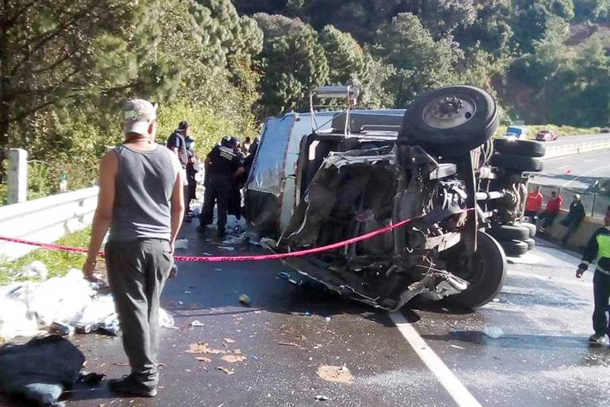 Vuelca tráiler y deja cerrada la autopista a Ixtapan de la Sal