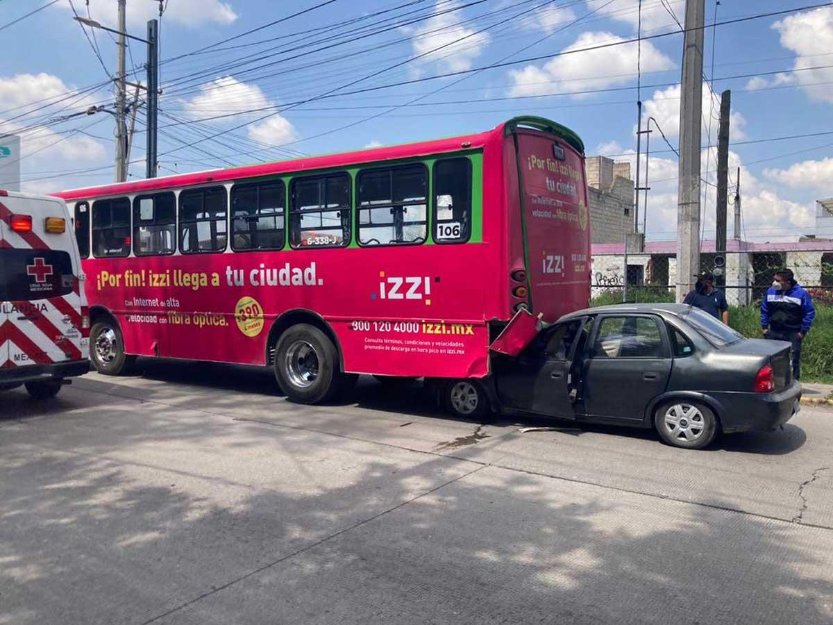 Distraído conductor se estrella contra autobús de pasajeros en Tollocan