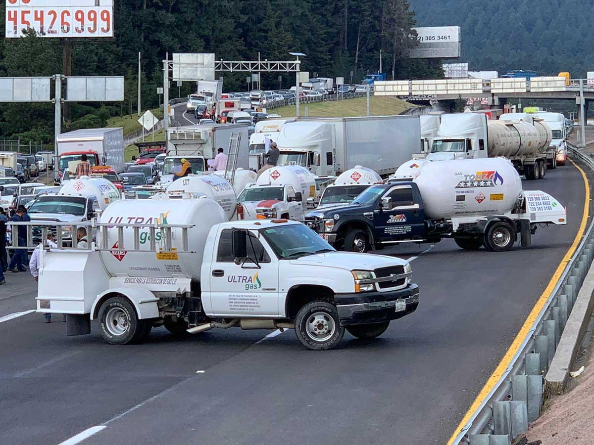Bloquean con pipas de gas la carretera México Toluca